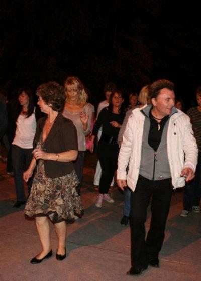 Fête du village, et la danse toujours dans une ambiance musicale survoltée