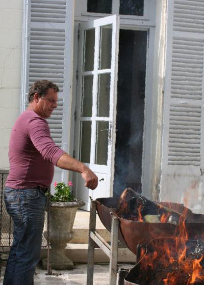 Fête du village, les grillades en pleine préparation