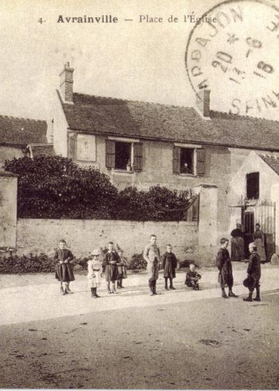 Place de l'église et vue de la rue de la Mairie